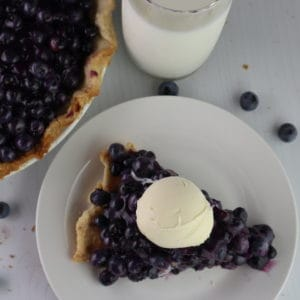 fresh blueberry pie with icecream